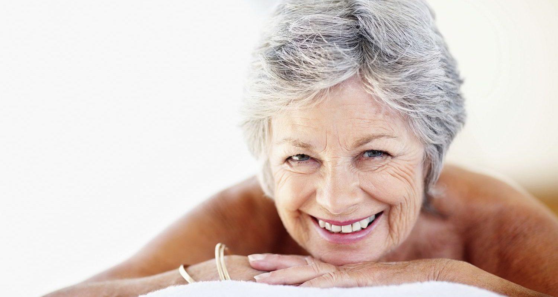 Dame freut sich auf die Massage